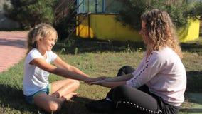 Το Mom και η κόρη δίνουν το θερινό πάρκο παιχνιδιού φιλμ μικρού μήκους