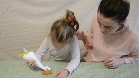 Το Mom και η κόρη διακοσμούν το μελόψωμο με την τήξη απόθεμα βίντεο