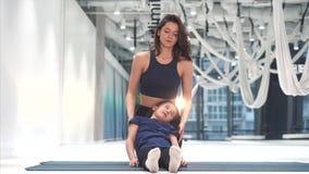 Το Mom και η κόρη κάνουν το τέντωμα πριν από την άσκηση απόθεμα βίντεο
