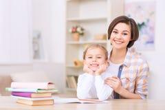 Το Mom και η κόρη και οι δύο χαμογελούν λαμπρά Στοκ Εικόνες