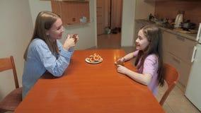 Το Mom και η κόρη πίνουν το τσάι απόθεμα βίντεο