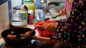 Το Mom και η κόρη προετοιμάζουν τα τρόφιμα στην κουζίνα Το συνηθισμένο διαμέρισμα των απλών ανθρώπων απόθεμα βίντεο