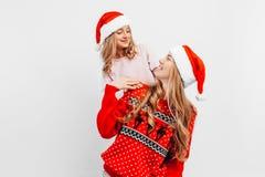 Το Mom και η κόρη φορούν τα καπέλα Άγιου Βασίλη, και στα Χριστούγεννα στοκ εικόνες
