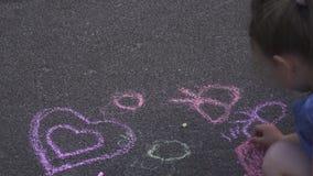 Το Mom και η κόρη χρωματίζουν στο δρόμο φιλμ μικρού μήκους