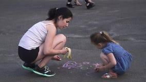 Το Mom και η κόρη χρωματίζουν στο δρόμο απόθεμα βίντεο