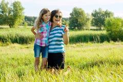 Το Mom και το κορίτσι παιδιών κορών της παίζουν, χαμογελούν και αγκαλιάζουν Οικογενειακές διακοπές και ενότητα στοκ φωτογραφία με δικαίωμα ελεύθερης χρήσης