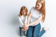 Το Mom και λίγη κόρη που εξετάζουν η μια την άλλη, ευτυχής οικογένεια, απομόνωσαν το υπόβαθρο, χαριτωμένος και όμορφος Στοκ εικόνα με δικαίωμα ελεύθερης χρήσης