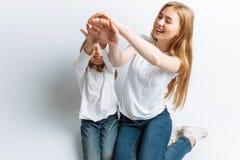 Το Mom και λίγη κόρη που εξετάζουν η μια την άλλη, ευτυχής οικογένεια, απομόνωσαν το υπόβαθρο, χαριτωμένος και όμορφος Στοκ εικόνες με δικαίωμα ελεύθερης χρήσης
