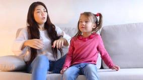 Το Mom και λίγη συνεδρίαση κορών στον καναπέ, κραυγές παιδιών, γυναίκα σηκώνονται και πηγαίνουν μακριά φιλμ μικρού μήκους