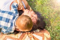 Το Mom και λίγος γιος επιτρέπουν και έχουν τη διασκέδαση σε ένα καρό σε GR Στοκ φωτογραφίες με δικαίωμα ελεύθερης χρήσης