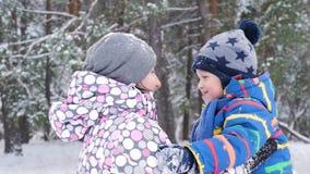 Το Mom και λίγο παιδί αγκαλιάζουν το ένα το άλλο, που παρουσιάζει τις συγκινήσεις της αγάπης, της προσοχής και της ευτυχίας Μητέρ απόθεμα βίντεο