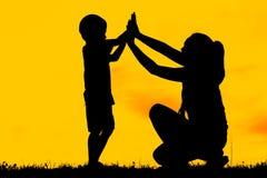 Το Mom και ο γιος που έχουν τη διασκέδαση στο ηλιοβασίλεμα, οικογένεια ένας ευτυχής χρόνος, ασιατικό παιδί, σκιαγραφούν ένα παιδί Στοκ Φωτογραφίες