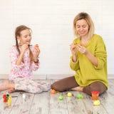 Το Mom και το παιδί διακοσμούν τα αυγά Πάσχας στοκ φωτογραφία