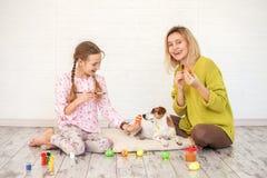 Το Mom και το παιδί διακοσμούν τα αυγά Πάσχας στοκ φωτογραφία με δικαίωμα ελεύθερης χρήσης