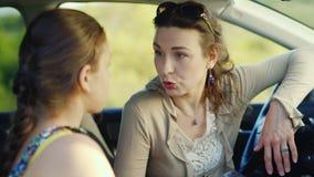 Το Mom και το έφηβη κόρη της μιλούν σοβαρά στο αυτοκίνητο Έννοια - τα προβλήματα των εφήβων, εκπαίδευση απόθεμα βίντεο