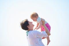 Το Mom και το μωρό στην παραλία έχουν τη διασκέδαση Στοκ φωτογραφία με δικαίωμα ελεύθερης χρήσης