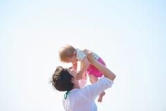 Το Mom και το μωρό στην παραλία έχουν τη διασκέδαση Στοκ Εικόνες