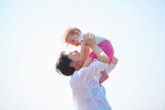 Το Mom και το μωρό στην παραλία έχουν τη διασκέδαση Στοκ Φωτογραφίες