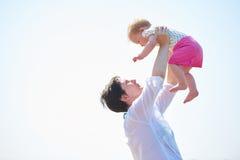 Το Mom και το μωρό στην παραλία έχουν τη διασκέδαση Στοκ εικόνα με δικαίωμα ελεύθερης χρήσης