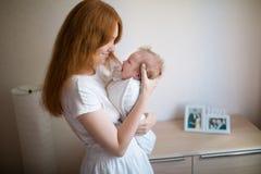 Το Mom κρατά ένα νεογέννητο μωρό στοκ φωτογραφία με δικαίωμα ελεύθερης χρήσης