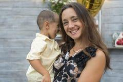 Το Mom κρατά ένα παιδί στα όπλα της οικογένεια ευτυχής Νέα μητέρα που κρατά το μωρό της στα όπλα της και κτυπημένος το mother& μο στοκ εικόνα