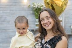 Το Mom κρατά ένα παιδί στα όπλα της οικογένεια ευτυχής Νέα μητέρα που κρατά το μωρό της στα όπλα της και κτυπημένος το mother& μο στοκ φωτογραφίες με δικαίωμα ελεύθερης χρήσης
