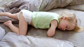 Το Mom κτυπά ελαφρά το κεφάλι doughter της Χαριτωμένος ύπνος κοριτσάκι και να ξυπνήσει Το μικρό κορίτσι δεν θέλει ξυπνήστε Οκνηρό απόθεμα βίντεο