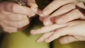 Το Mom κόβει τα καρφιά σε ετοιμότητα κορών της ` s, κινηματογράφηση σε πρώτο πλάνο απόθεμα βίντεο