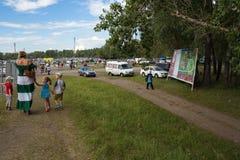 Το Mom με τρία παιδιά πηγαίνει σε διακοπές κατά μήκος της πορείας Στοκ φωτογραφία με δικαίωμα ελεύθερης χρήσης