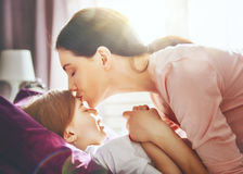 Το Mom ξυπνά το παιδί Στοκ Εικόνα