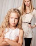 Το Mom ορκίζεται από την κόρη στοκ φωτογραφία