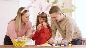 Το Mom, ο μπαμπάς και η κόρη που κλίνουν στον πίνακα διακοσμούν τα αυγά Πάσχας φιλμ μικρού μήκους