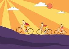 Το Mom, ο μπαμπάς και τα παιδιά οδηγούν τα ποδήλατα στα υπόβαθρα ηλιοβασιλέματος, αθλητική οικογένεια, απεικονίσεις διανυσματική απεικόνιση