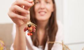Το Mom παρουσιάζει στην κόρη μια γιρλάντα των μούρων και των βελανιδιών στοκ εικόνες