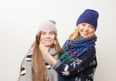 Το Mom στραγγαλίζει τον έφηβο κορών σε ένα άσπρο υπόβαθρο Στοκ φωτογραφία με δικαίωμα ελεύθερης χρήσης