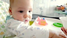Το Mom ταΐζει το μωρό με μια κουταλιά φιλμ μικρού μήκους