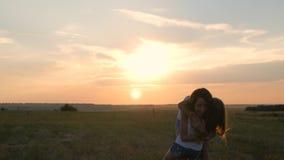 Το Mom την αγκαλιάζει ήπια λίγη κόρη Μαζί θαυμάζουν το όμορφο ηλιοβασίλεμα φιλμ μικρού μήκους
