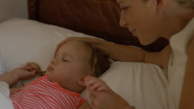 Το Mom την φιλά λίγη κόρη ύπνου Στοκ Εικόνα