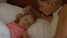 Το Mom την φιλά λίγη κόρη ύπνου Στοκ φωτογραφία με δικαίωμα ελεύθερης χρήσης