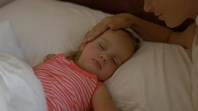 Το Mom την φιλά λίγη κόρη ύπνου Στοκ Εικόνες