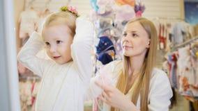 Το Mom φορά hairpin λουλουδιών κορών ` s στοκ φωτογραφία με δικαίωμα ελεύθερης χρήσης