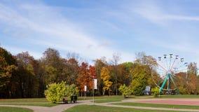 Το Motionlapse στο φθινόπωρο στο πάρκο με τα ζωηρόχρωμα δέντρα και τα ferris μιας περιστροφής κυλούν Sigulda Λετονία φιλμ μικρού μήκους