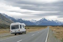 Το Motorhome στο δρόμο Cook υποστηριγμάτων κατά μήκος του ποταμού Tasman που οδηγεί σε Aoraki/τοποθετεί το εθνικό πάρκο Cook Στοκ εικόνες με δικαίωμα ελεύθερης χρήσης