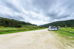 Το Motorhome rv και campervan σταθμεύουν σε μια παραλία Στοκ Εικόνες