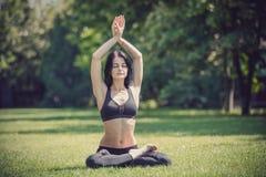 το mudra θέτει υπαίθρια τη γιόγκα γυναικών άσκησης Στοκ φωτογραφία με δικαίωμα ελεύθερης χρήσης