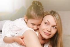 Το Mum και το χαριτωμένο κορίτσι παιδιών κορών της παίζουν, χαμογελούν και αγκαλιάζουν ευτυχής μητέρα s ημέρας Οικογενειακές διακ στοκ φωτογραφία