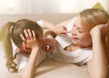 Το Mum και το χαριτωμένο κορίτσι παιδιών κορών της παίζουν, χαμογελούν και αγκαλιάζουν ευτυχής μητέρα s ημέρας Οικογενειακές διακ στοκ εικόνα με δικαίωμα ελεύθερης χρήσης