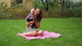 Το Mum κρατά σε ετοιμότητα της λίγη κόρη στη φύση απόθεμα βίντεο
