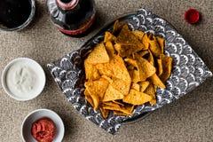 Το Nachos πελεκά με το ποτό, το salsa και τις ξινές εμβυθίσεις κρέμας/τη σάλτσα γιαουρτιού στοκ εικόνες