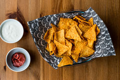 Το Nachos πελεκά με το ποτό, το salsa και τις ξινές εμβυθίσεις κρέμας/τη σάλτσα γιαουρτιού στοκ φωτογραφίες
